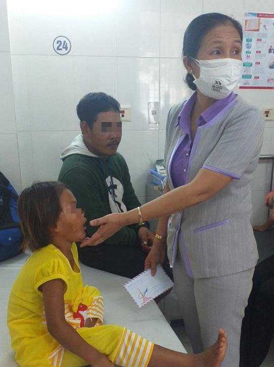 Diễn biến sức khỏe bé gái 6 tuổi bị cha đánh, giẫm đạp dã man - Ảnh 2.