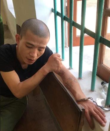 3 cảnh sát bị thương khi khống chế nam thanh niên xăm trổ cầm dao đòi giết bố mẹ - Ảnh 1.