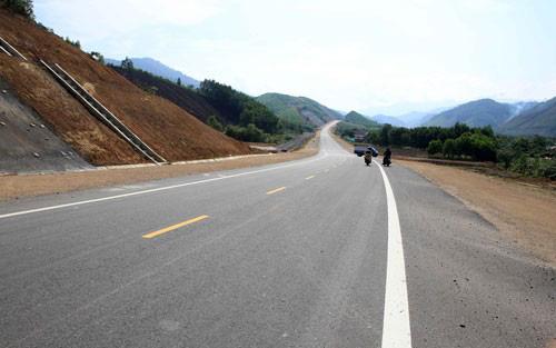 Ủy ban Thường vụ Quốc hội đề nghị chỉ chuyển 3 dự án cao tốc Bắc - Nam sang đầu tư công - Ảnh 1.