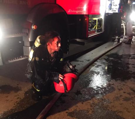 Chùm ảnh quán bar lớn ở TP Vinh bốc cháy ngùn ngụt trong đêm - Ảnh 6.