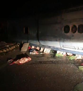 Va chạm giữa xe bồn và xe khách giường nằm, gần 20 người bị thương - Ảnh 3.