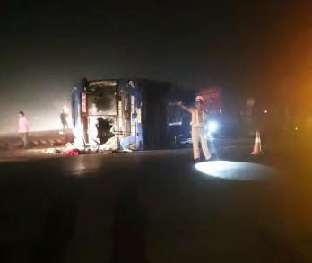 Va chạm giữa xe bồn và xe khách giường nằm, gần 20 người bị thương - Ảnh 1.