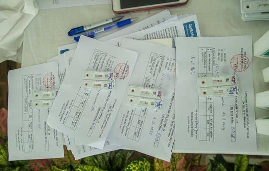 Hà Nội xét nghiệm nhanh Covid-19 cho người dân đi từ Đà Nẵng về - Ảnh 13.