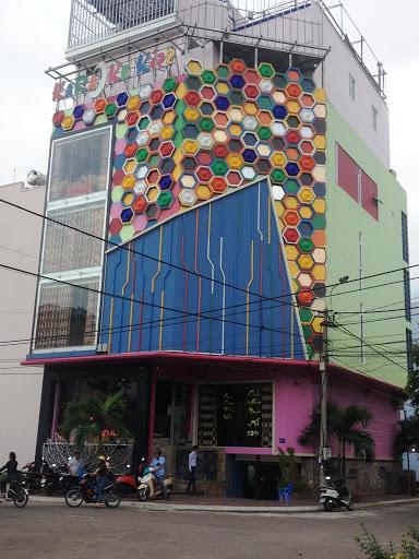 Đà Nẵng- Bình Định: Bắt quả tang quán karaoke hoạt động chui bất chấp lệnh cấm - Ảnh 1.