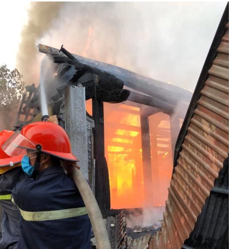Nhà thờ họ bất ngờ bốc cháy vào ngày rằm tháng Bảy - Ảnh 2.