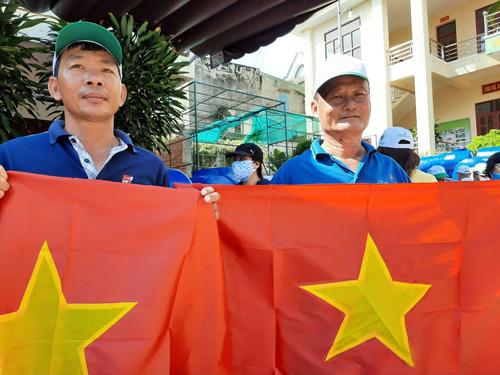 Tặng cờ Tổ quốc cho ngư dân Vũng Tàu - Ảnh 1.