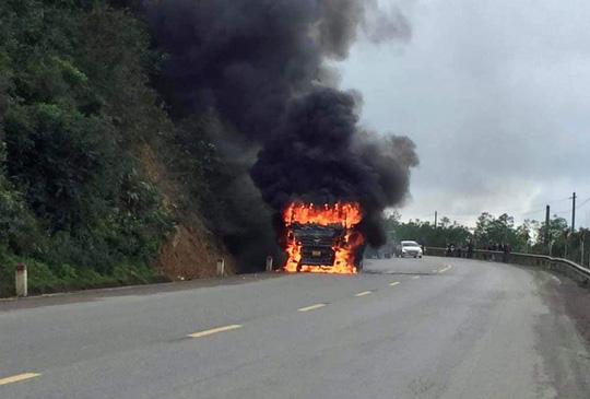 CLIP: Ôtô tải bốc cháy ngùn ngụt trên Quốc lộ 9 - Ảnh 1.