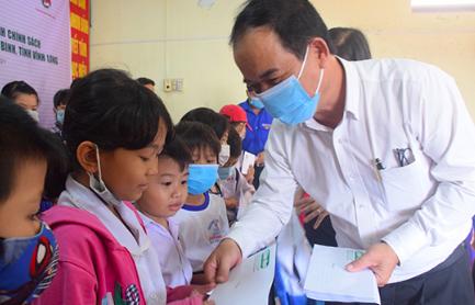 Trao 100 suất học bổng cho con em gia đình chính sách tại Vĩnh Long - Ảnh 1.