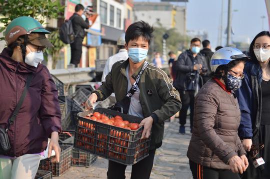 """CLIP: Hàng trăm người dân đổ xô đi """"giải cứu"""" nông sản Hải Dương - Ảnh 7."""