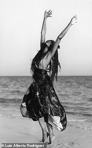 """""""Báo đen"""" Naomi Campbell khoe vẻ hoang dã và quyến rũ - Ảnh 4."""