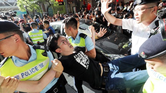 Hồng Kông: Cảnh sát đụng độ người biểu tình - Ảnh 4.