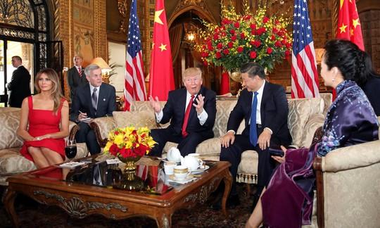Ông Trump và phu nhân Melania chào đón vợ chồng Chủ tịch Tập Cận Bình tại khu nghỉ dưỡng Mar-a-Lago. Ảnh: REUTERS