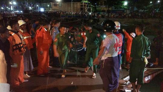 Cảnh sát đưa thi thể nạn nhân vào bờ. Ảnh: RTE