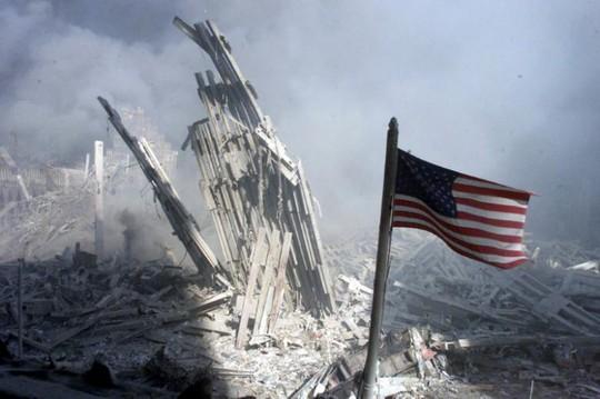 Tòa nhà Trung tâm Thương mại Thế giới (WTC) ở TP New York đổ sụp sau khi bị tấn công. Ảnh: REUTERS
