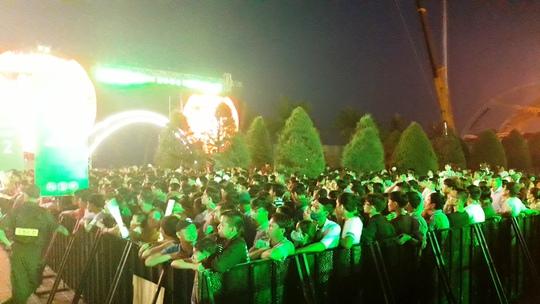 Người hâm mộ đứng bên ngoài khu vực để dõi theo hành trình đón cúp UEFA Champions League