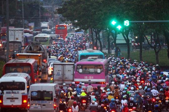 Đèn xanh đã điểm tới giây 19, nhưng phương tiện giao thông đoạn qua xã Tân Kiên, huyện Bình Chánh vẫn dày đặc, ken kín mít trên đường đến mức khó tìm được 1 chỗ trống.