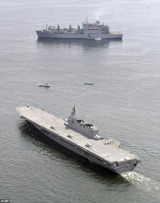 Tàu Izumo (dưới) hộ tống tàu hậu cần Mỹ (trên) hôm 1-5. Ảnh: AP