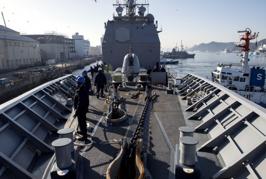 Tập trận, tàu hải quân Mỹ đụng tàu cá Hàn Quốc - Ảnh 1.