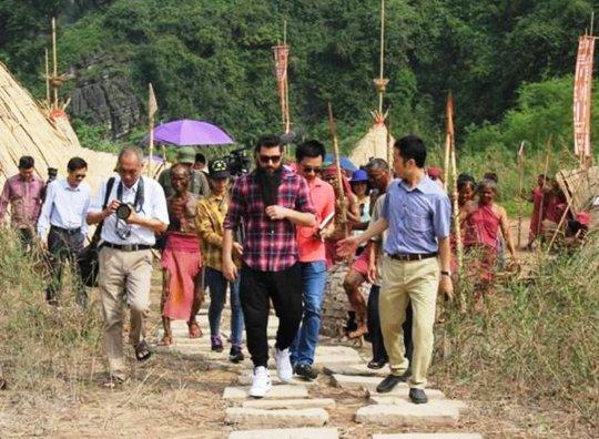 Đạo diễn Kong: Skull Island vui mừng ôm thổ dân tại Ninh Bình - Ảnh 1.