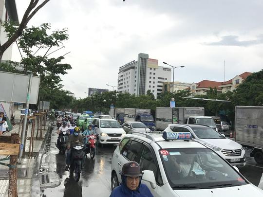Mưa chưa đến 2 giờ, Sài Gòn đã ngập, kẹt xe khắp nơi - Ảnh 4.