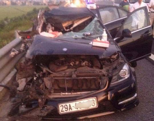Xế hộp va chạm xe tải trên cao tốc, 4 người thương vong - Ảnh 1.