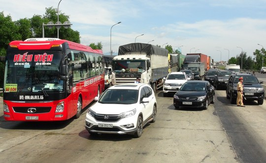 Hàng chục ô tô vây trạm thu phí Quán Hàu gây ách tắc giao thông - Ảnh 1.