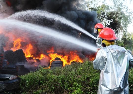 Cháy xưởng lốp xe, hàng trăm người hoảng loạn - Ảnh 1.