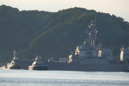 Tàu chiến Mỹ bị tông về tới căn cứ hải quân Yokosuka - Ảnh 1.