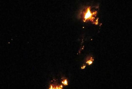 Cháy rừng thông 30 năm tuổi ở Thanh Hóa - Ảnh 1.
