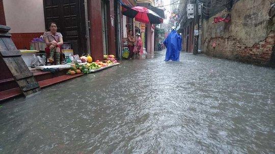 Mưa lớn, dân bì bõm trên nhiều tuyến phố Hà Nội ngập sâu - Ảnh 2.
