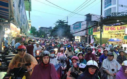 TP HCM: Kẹt xe dữ dội trên đường Ung Văn Khiêm, CSGT bất lực - Ảnh 2.