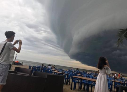 Tranh cãi về đám mây đen kịt hình thù kỳ lạ trên biển Sầm Sơn - Ảnh 4.