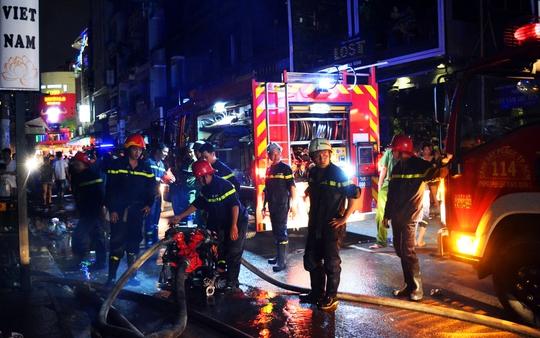 Kho chứa hàng ở khu phố Tây cháy ngùn ngụt trong đêm - Ảnh 1.