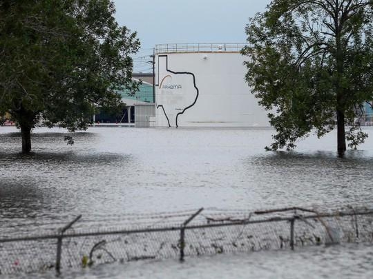 Mỹ: Nhà máy hóa chất bị nổ trong bão Harvey - Ảnh 1.