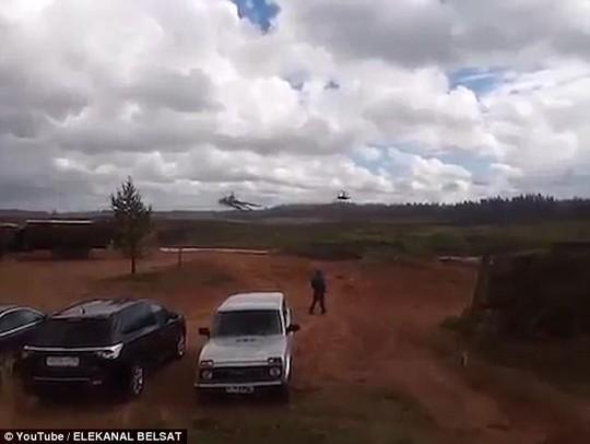 Trực thăng Nga bắn rốc-két nhầm người đứng xem tập trận - Ảnh 1.