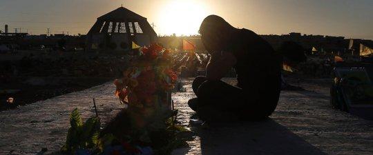 Mỹ không chấp nhận cho IS đi cửa sau rời Raqqa - Ảnh 1.