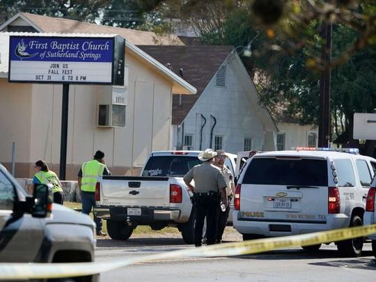 Cảnh sát tâp trung trước nhà thờ First Baptist sau vụ thảm sát hôm 5-11. Ảnh: AP