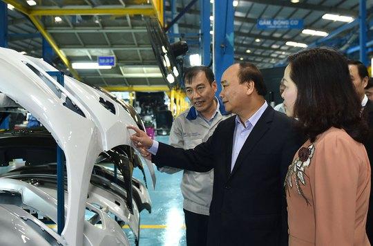 Thủ tướng Nguyễn Xuân Phúc tham quan dây chuyền sản xuất tại nhà máy ô tô của Tập đoàn Hyundai Thành Công Ảnh: QUANG HIẾU