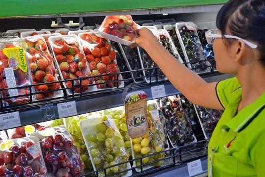 Người Việt mạnh tay mua trái cây ngoại - Ảnh 1.
