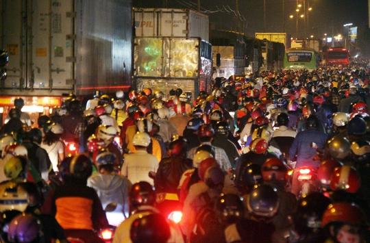 Khoảng 19 giờ 30, xe cộ dồn ứ, đường lại kẹt hơn, đặc biệt là đoạn từ cầu vượt Nguyễn Văn Linh.