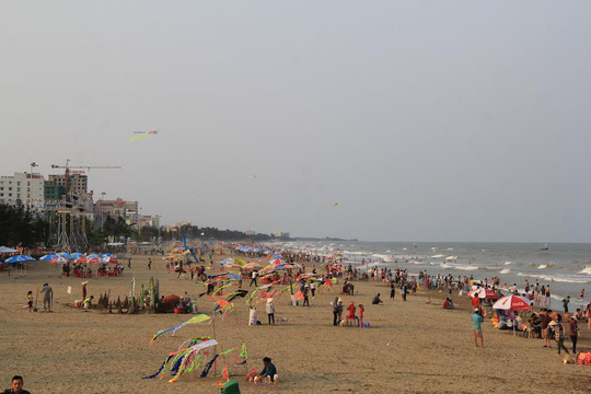 Biển Sầm Sơn trưa ngày 1-5, thời điểm này du khách bắt đầu đổ về ngày một nhiều. Dự kiến chiều nay bãi biển này sẽ chật kín người