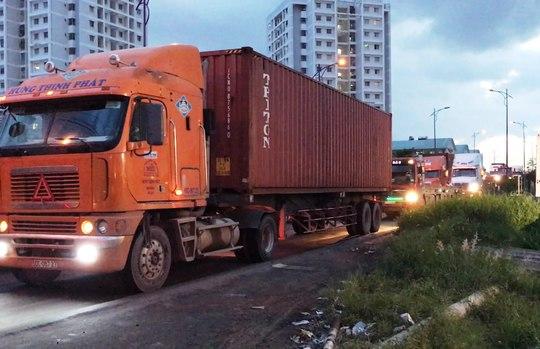Biểu diễn 2 thanh niên cắm đầu vào xe container - Ảnh 2.