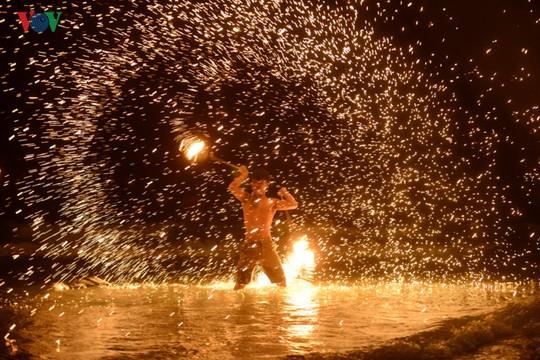 Những người đùa với lửa ở Thái Lan - Ảnh 11.
