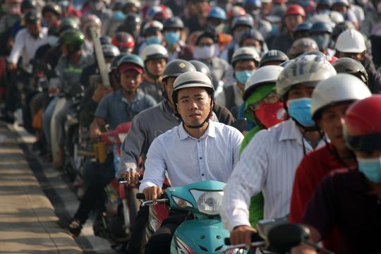 Tính đến thời điểm, 8 giờ 45 cùng ngày, tình trạng kẹt xe vẫn xảy ra, hàng ngàn người vẫn mỏi mệt, trễ giờ làm, giờ học.