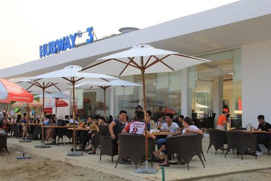 Khác ngồi kết chỗ tại một điểm dịch vụ trên bãi biển