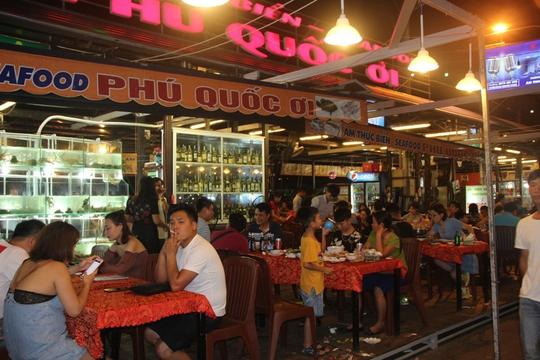 Mướt mồ hôi ở chợ đêm Phú Quốc - Ảnh 3.
