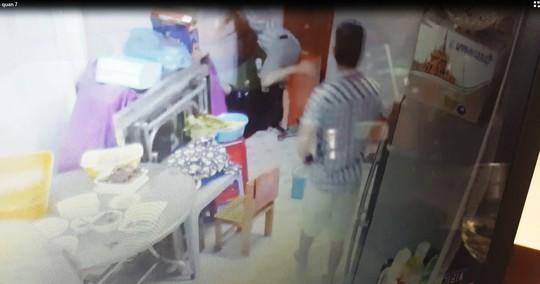 Clip: Côn đồ vào nhà truy sát rồi cướp táo tợn - Ảnh 1.