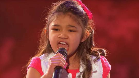 Bé gái 9 tuổi khoe giọng hát ấn tượng - Ảnh 1.