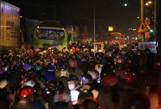 Trong đó, tình trạng kẹt xe dữ dội nhất ở ngã tư Quốc lộ 1A - Bùi Thanh Khiết. Một chiến sĩ CSGT điều tiết giao thông tại khu vực này cho biết hôm nay tình trạng kẹt xe còn kinh khủng hơn hôm qua.