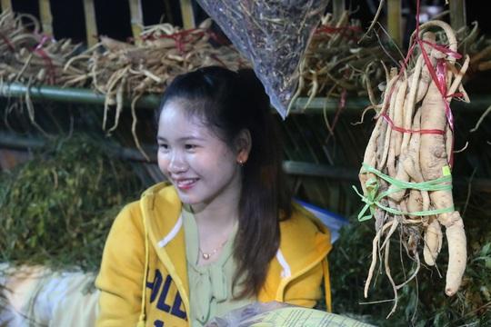 Bán được củ sâm giá 120 triệu đồng tại lễ hội sâm Ngọc Linh - Ảnh 12.